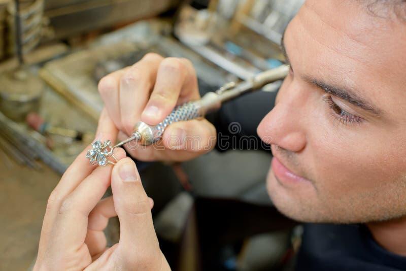 Erfahrener Juwelier, der Ring repariert stockfotos