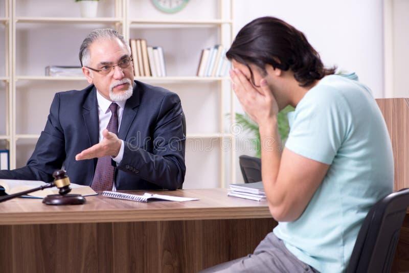 Erfahrener männlicher Besuchsrechtsanwalt des jungen Mannes lizenzfreies stockbild