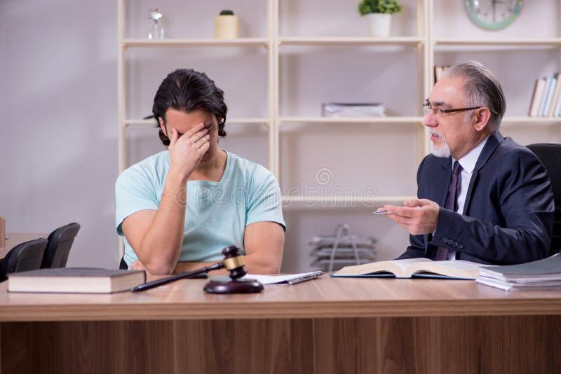 Erfahrener männlicher Besuchsrechtsanwalt des jungen Mannes lizenzfreie stockfotos
