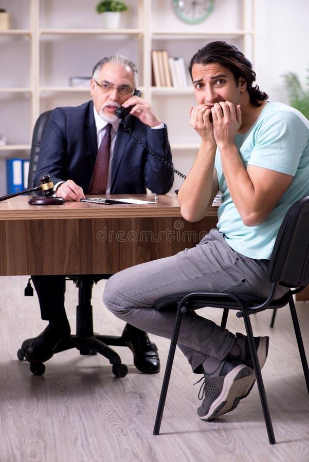 Erfahrener männlicher Besuchsrechtsanwalt des jungen Mannes stockbilder