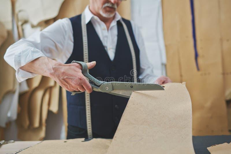 Erfahrener Schneider Working im Atelier-Studio stockfotos