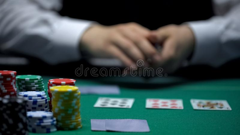 Erfahrenes Kasinocroupier, das Karten im Pokerspiel, spielend, Nahaufnahme behandelt lizenzfreie stockbilder