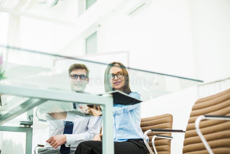 erfahrenes Personal der Firma bespricht die gegenwärtigen Probleme am Schreibtisch stockfotos
