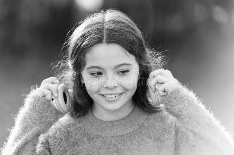 Erfara det utm?rkta ljudet med ny teknik Det lyckliga barnet tycker om att lyssna till musik p? g?r f?rtjusande flicka little arkivfoto