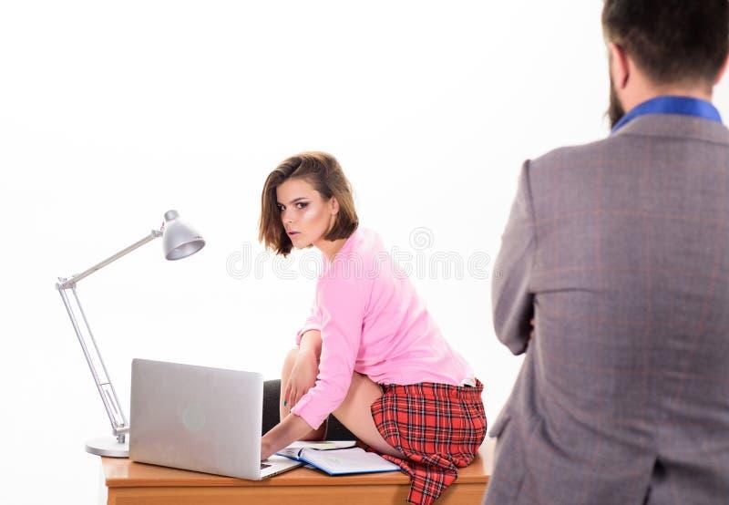 Erfaren anställd Yrkesmässig kvinnlig anställd på arbetsplatsen mot affärsman Förtjusande sammanträde för kvinnaanställd royaltyfri foto