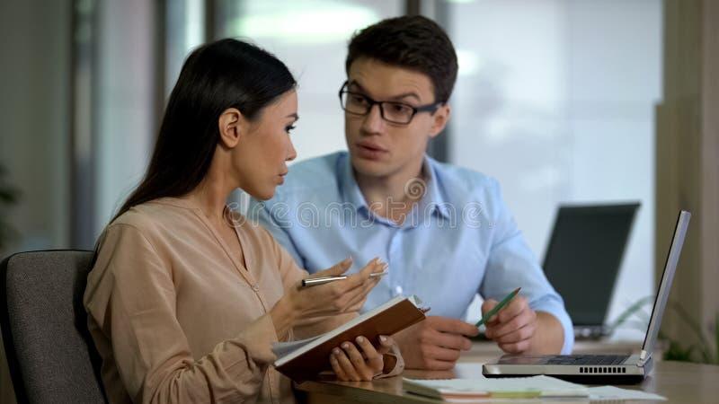 Erfaren manlig anst?lld som undervisar den nya kollegan, aff?rssamarbete, arbete arkivbilder