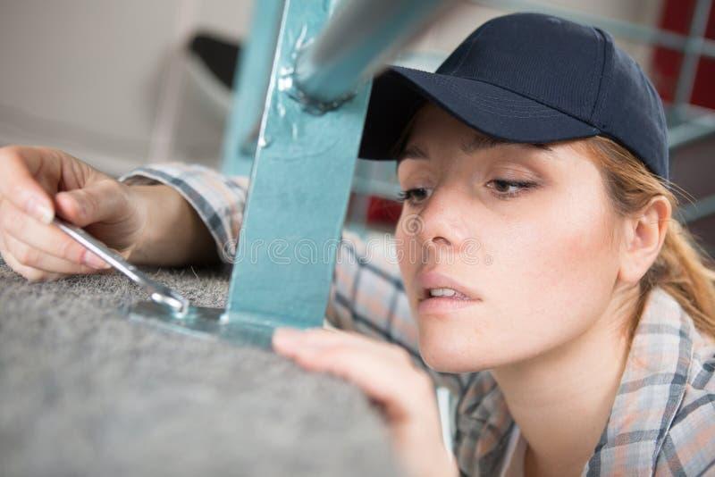 Erfaren manuell kvinnlig arbetare för sidosikt royaltyfri foto