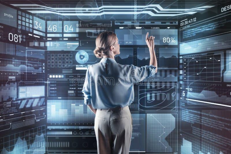 Erfaren programmerare som arbetar med den nya informationen, medan vara ensamt arkivbilder