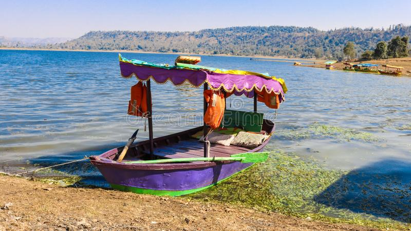 Erfarenhet av båtresor vid dudhani Lake, Silvassa, Indien arkivfoto