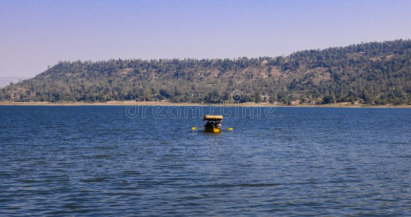 Erfarenhet av båtresor vid dudhani Lake, Silvassa, Indien arkivbild