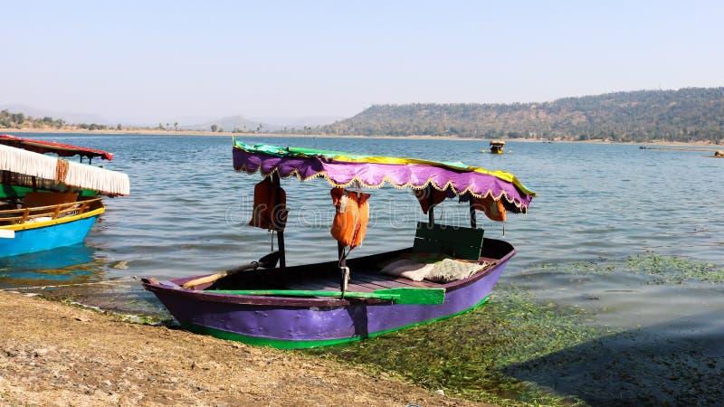 Erfarenhet av båtresor vid dudhani Lake, Silvassa, Indien arkivfoton