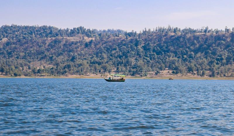 Erfarenhet av båtresor vid dudhani Lake, Silvassa, Indien royaltyfri fotografi