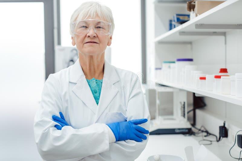 Erfaret kemistanseende i laboratorium av apotek arkivbild