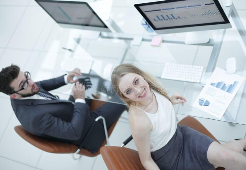 Erfarna anställda av företaget som arbetar med finansiella dokument arkivbilder