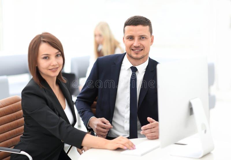 Erfarna anställda av företaget under arbetstid arkivfoton