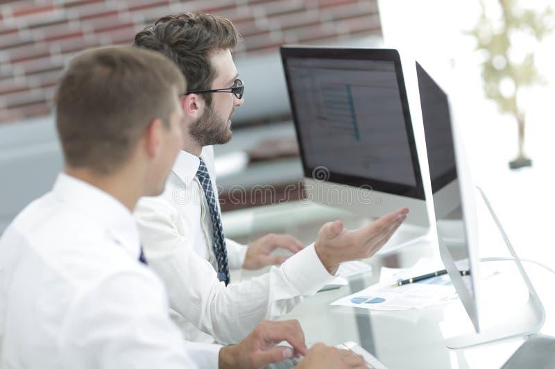 Erfarna anställda som diskuterar arbetsdokumentet royaltyfri foto
