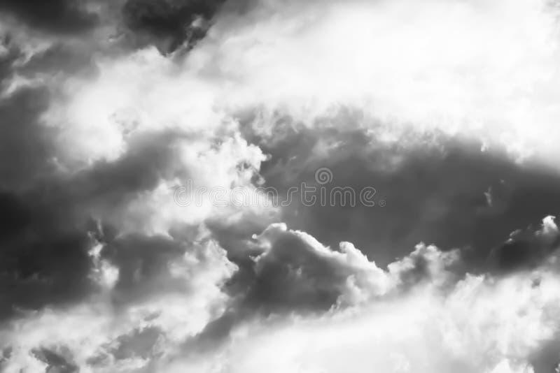 Erfassung der hellen Licht- und Sturmwolken stockfotos