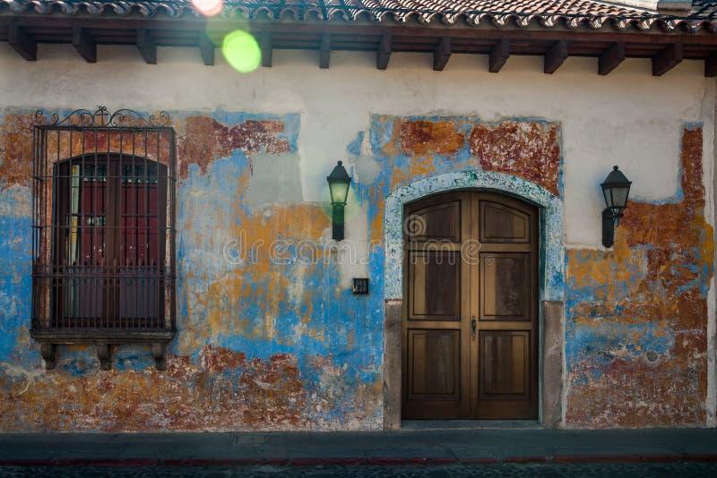 Erfenisvoorgevel van een huis in Antigua, Guatemala stock foto
