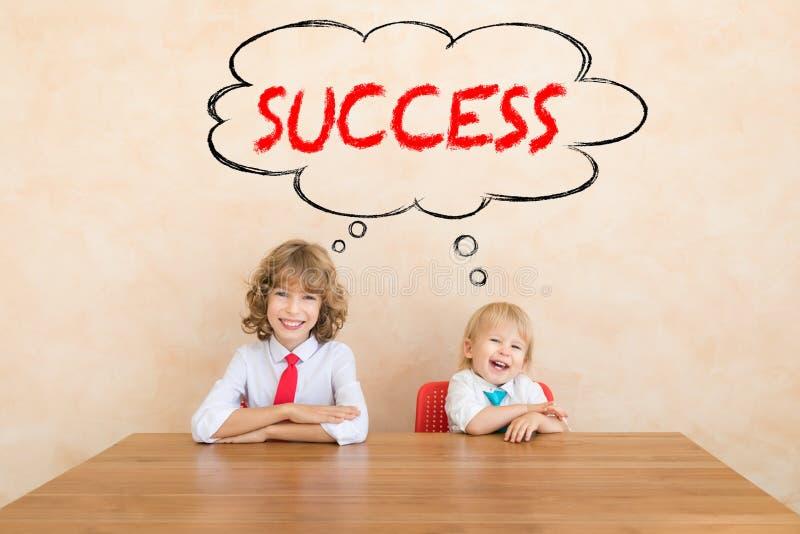Erfolg, beginnen oben und Gesch?ftsideenkonzept lizenzfreies stockbild