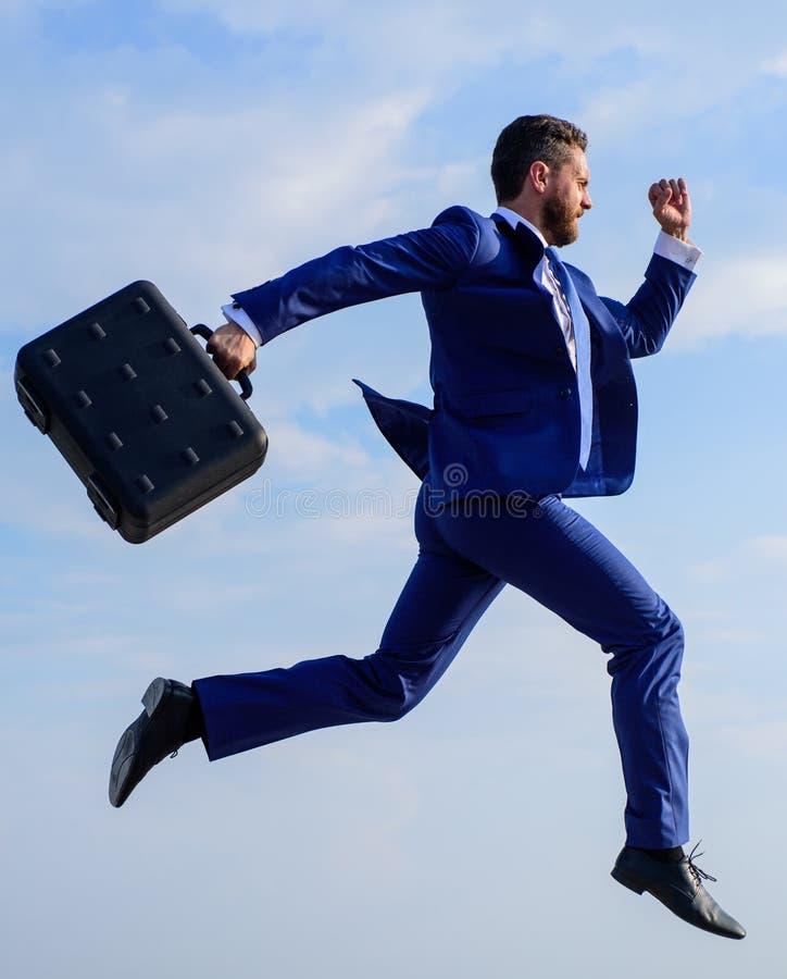 Erfolg im Geschäft verlangt übernatürliche Bemühungen von der Unternehmerpersönlichkeit Geschäftsmann mit dem Aktenkoffersprung h lizenzfreie stockfotos