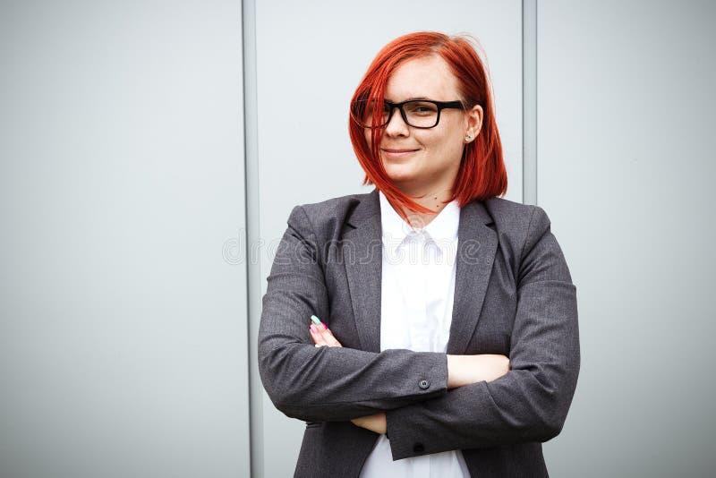 Erfolg! Sieg! Glücklicher erfolgreicher rothaariger Mädchenchef, Geschäft lizenzfreie stockfotografie