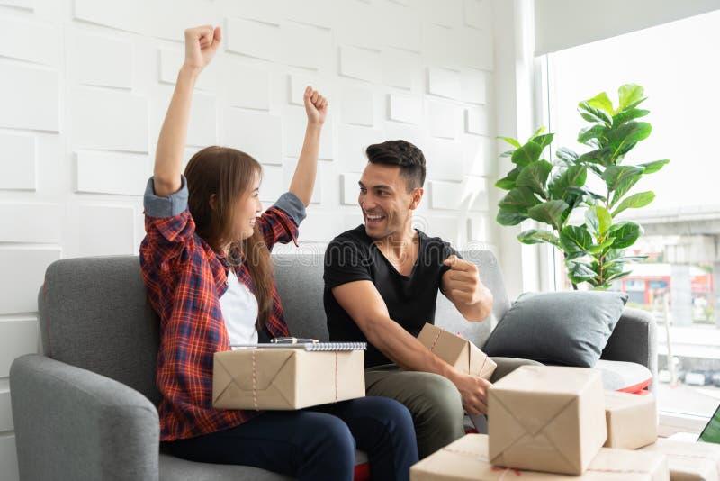 Erfolgreich von den jungen Paaren mit ihrem Kleinbetrieb online stockbild