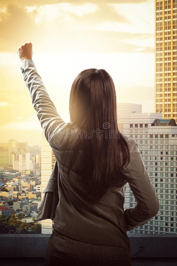 Erfolgreiche asiatische Geschäftsfrau, die ihre Leistung feiert stockbilder