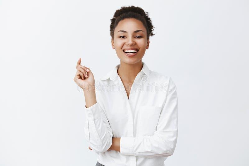 Erfolgreiche attraktive Afroamerikanergeschäftsfrau, die im Vertrauen anstarren und verwegener Blick bei Firma, die herein verlor stockfotografie