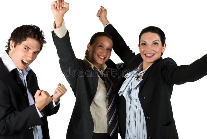 Erfolgreiche aufgeregte Leute mit Sieg im Geschäft lizenzfreies stockbild