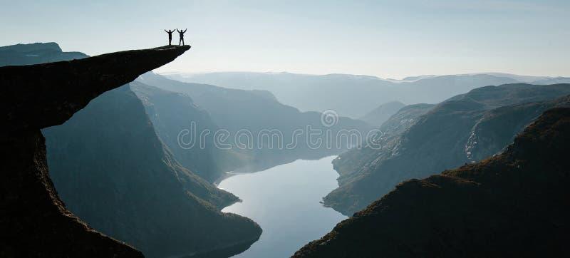 Erfolgreiche Entdeckung und Glück von Bergsteigern stockbilder