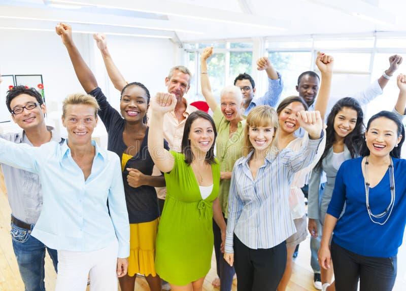 Erfolgreiche feiernde Geschäftsleute lizenzfreies stockfoto