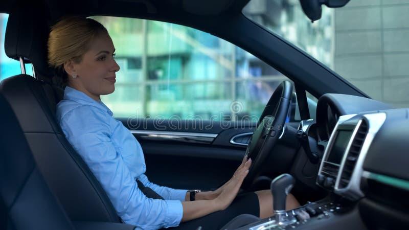 Erfolgreiche Frau, die Auto mit Liebe, Kauf des Luxusselbst-, glücklichen Käufers streicht stockfotografie