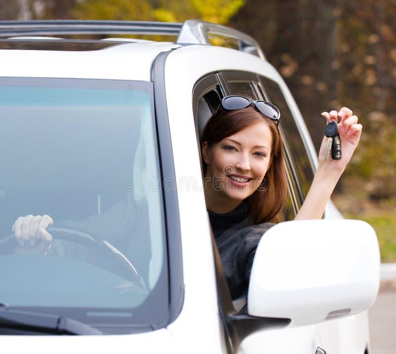 Erfolgreiche Frau mit Schlüsseln vom Auto stockfotografie