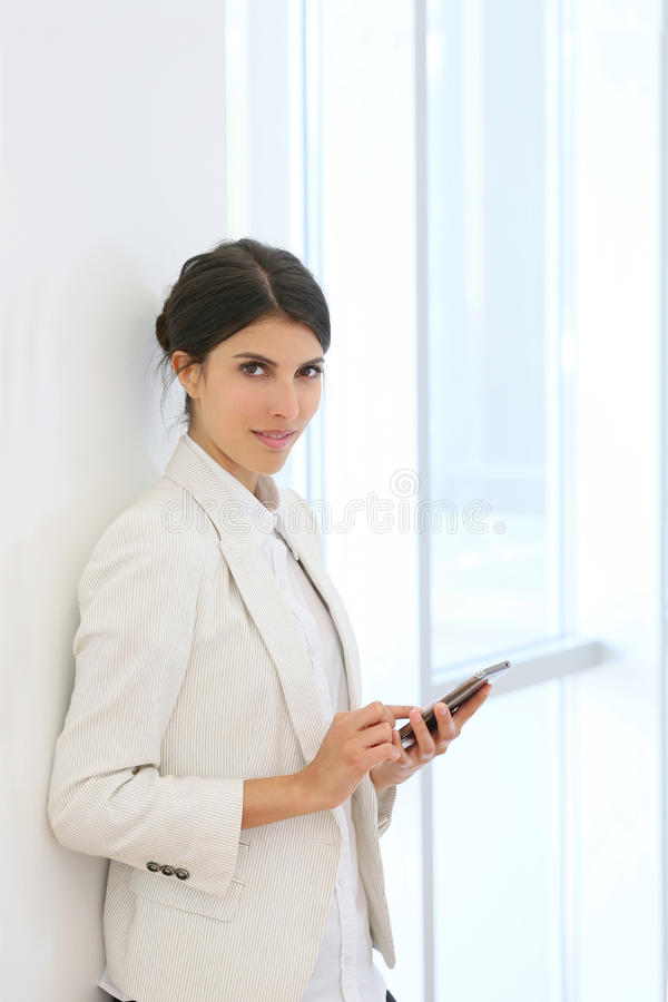Erfolgreiche Geschäftsfrau auf Smartphone lizenzfreie stockfotos
