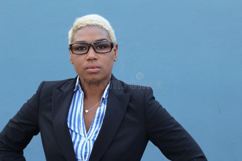 Erfolgreiche Geschäftsfrau in der Klage mit arrogantem Ausdruck stockbilder