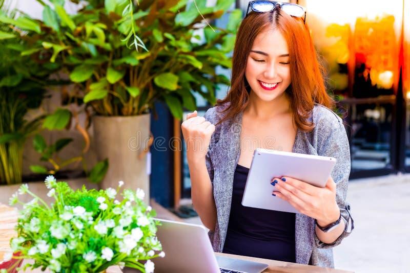 Erfolgreiche Geschäftsfrau des Porträts Attraktives schönes Geschäft lizenzfreies stockfoto
