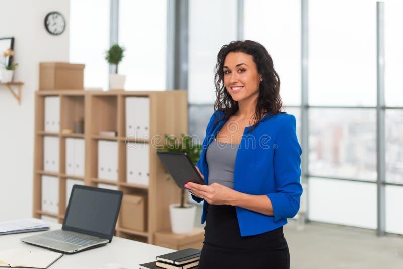 Erfolgreiche Geschäftsfrau, die überzeugt schauen und Lächeln stockbild