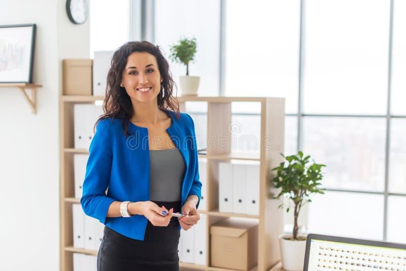 Erfolgreiche Geschäftsfrau, die überzeugt schauen und Lächeln lizenzfreies stockfoto