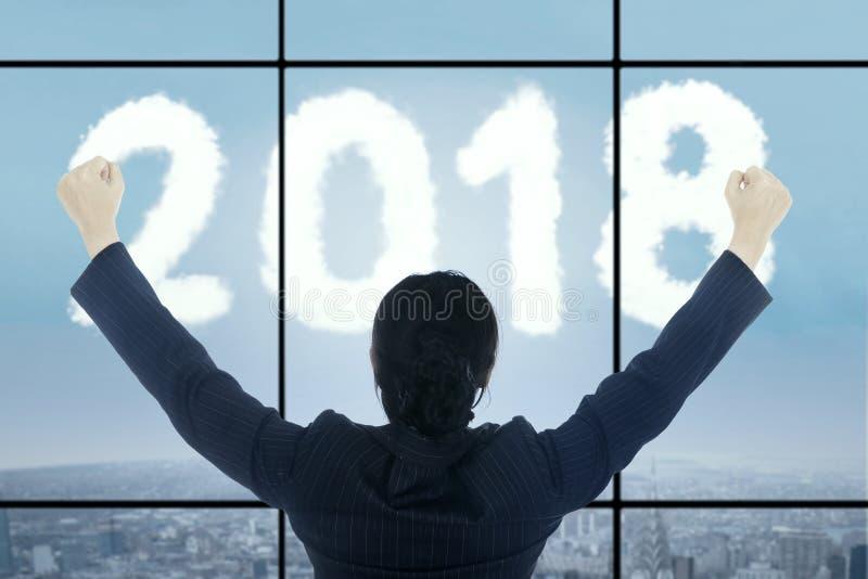 Erfolgreiche Geschäftsfrau, die Nr. 2018 betrachtet stockfotos