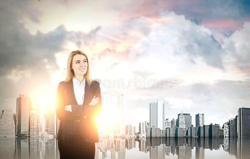 Erfolgreiche Geschäftsfrau in einer Morgenstadt stockbild
