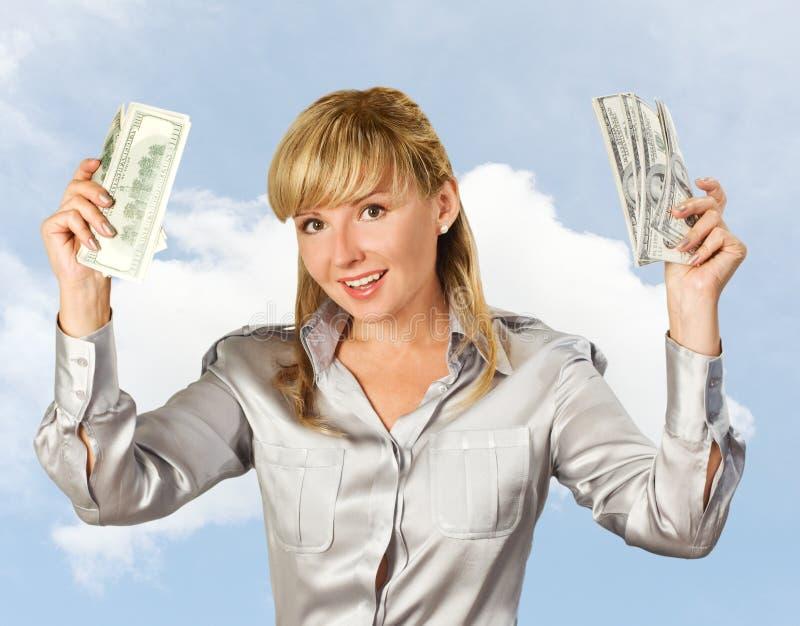 Erfolgreiche Geschäftsfrau gegen den Himmel stockfotografie