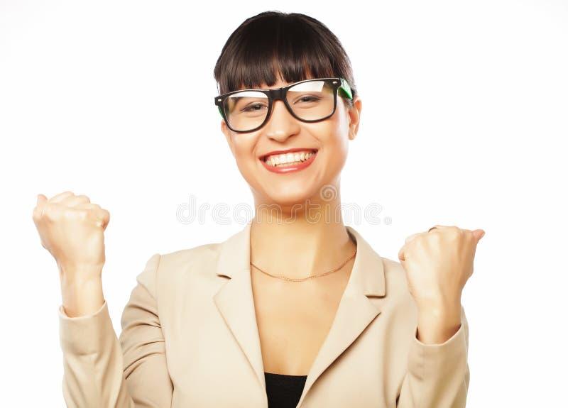 Erfolgreiche Geschäftsfrau mit den Armen oben feiernd stockbild