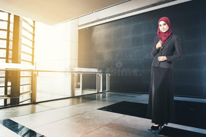Erfolgreiche Geschäftsfrau mit der Klage, stehend, Buch im modernen Büro halten stockfoto