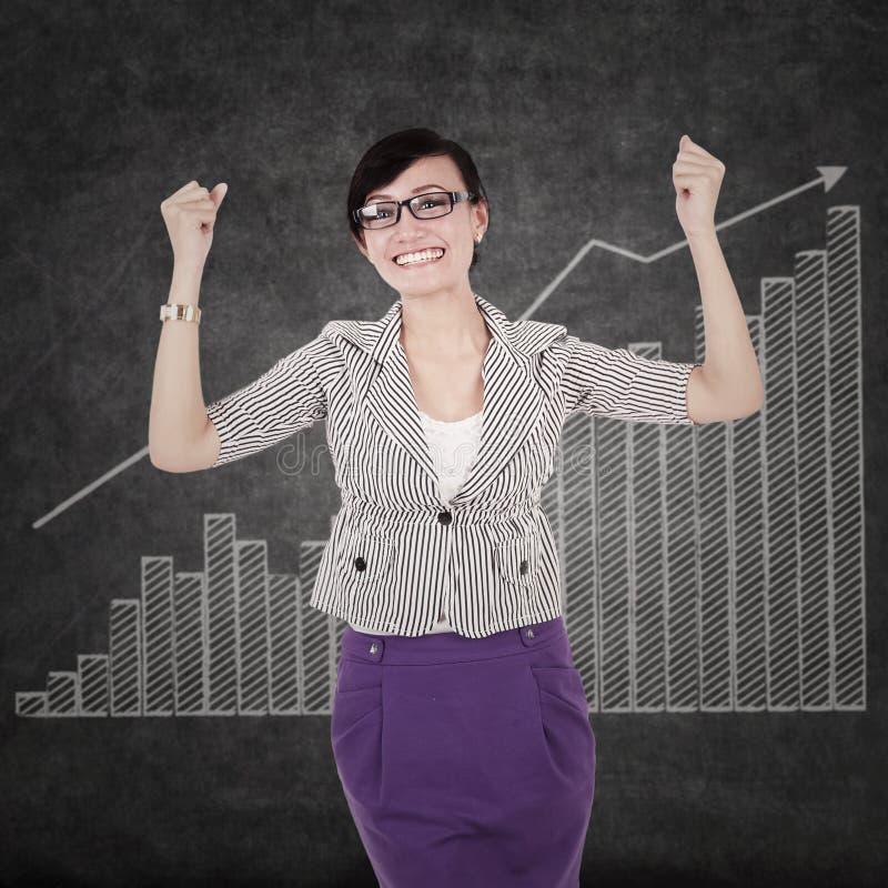 Erfolgreiche Geschäftsfrau mit Diagramm lizenzfreie stockfotos