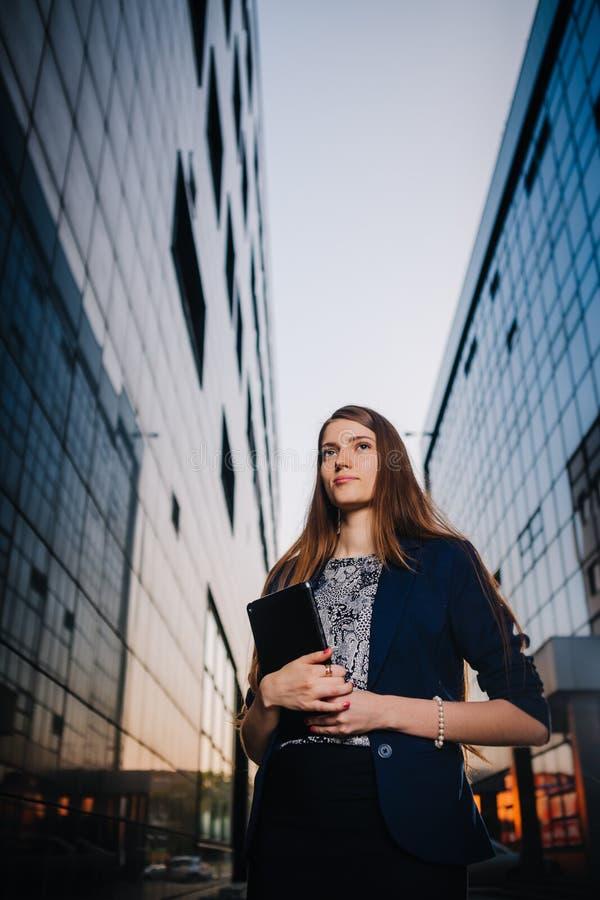Erfolgreiche Geschäftsfrau oder Unternehmer, die Kenntnisse nimmt und auf Mobiltelefon beim Gehen im Freien spricht StadtGeschäft lizenzfreie stockfotos