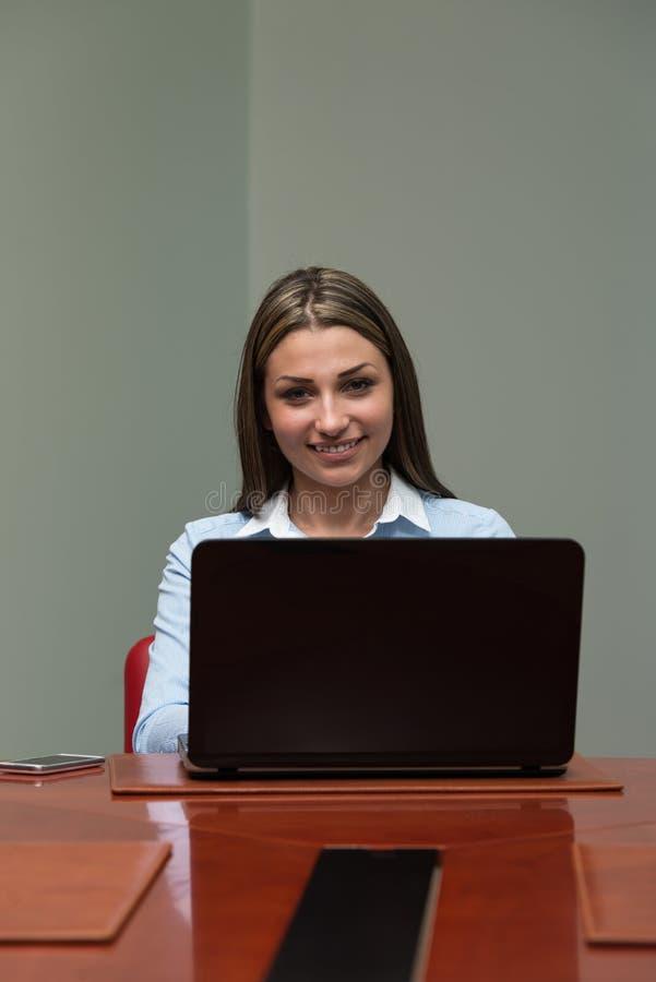 Erfolgreiche Geschäftsfrau Working At Laptop lizenzfreie stockfotografie