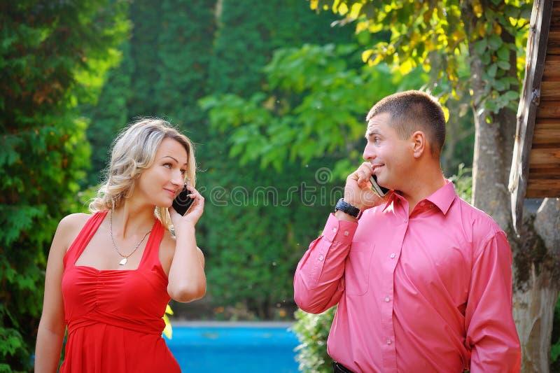 Erfolgreiche Geschäftsmänner der jungen Paare sind sich über das beste Abkommen einig Er w stockbilder