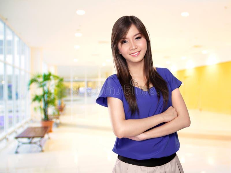 Erfolgreiche glückliche asiatische weibliche Unternehmerarme kreuzten stockbilder