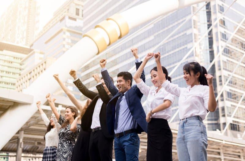 Erfolgreiche Gruppe Geschäftsleute, Teamerfolgs-Leistungshand hob, Fusionen und Erwerb an lizenzfreies stockbild