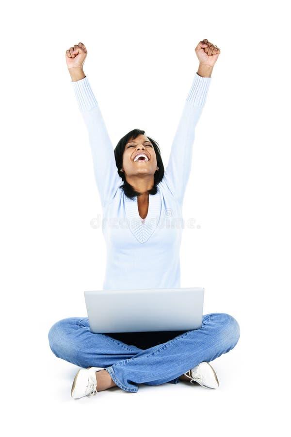 Erfolgreiche junge Frau mit Computer lizenzfreie stockfotografie